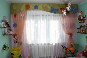 штори в інтер'єрі дитячої кімнати